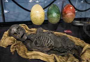 Från teveserien Game of Thrones. När seriens utställning besökte Stockholm förra året. Skelett av barn från Meereen som bränts av en drake. Drakägg i bakgrunden.