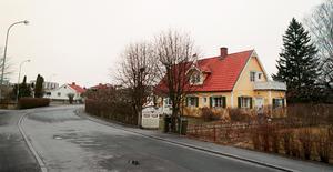 65 år senare (år 2002). Så här ser Gösta Brandts hus ut i dag. Förr låg det i ett öppet landskap, nu inbäddat i ett villakvarter. Huset är utbyggt men entrén medbalkong känns igen från förr.