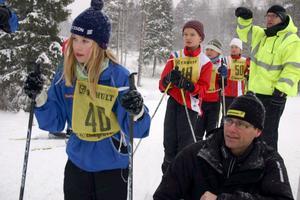 Sandra Rääf, Garphyttans IF, är på väg att starta. Starter är Mats Bjärmark från Zinkgruvans IF.
