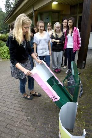 PIFFIGT. Annette Lundgren, projektledare för Rena Gävle piffar upp de gamla, gröna sopkorgarna med skärmar som har motiv designade av skolelever. Emelie Karlsson, Frida Mattsson, Hanna Kurvinen och Rebecka Eriksson har designat den rosa trollskärmen.