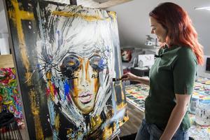 Veronika Eriksson kliver upp halv sju varje morgon och efter en morgonpromenad sätter hon igång och målar i ateljén på övervåningen.