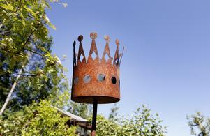Rostig krona i trädgården.