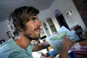 Per Magnusson visar på kartan var han och Karin Söderlund hade firat nyår på en ö utanför Bali. De skulle tillbaka till huvudön när båtolyckan inträffade.