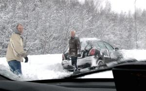 En av de bilar som kört fast i snön.