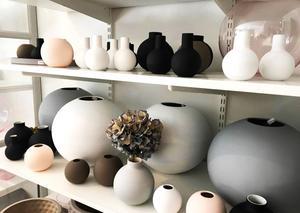 Älskar ytstrukturen och färgerna på dessa vaser från Cooee design. Jag vill bara ta på dem! Pris: 150–1195 kronor hos Store.