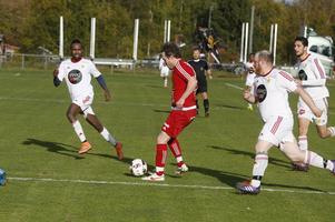 Sveg, i vita tröjor, hade lite svårt att hänga med i Hallens tempo under inledningen. Efter första tio var laget dock med i matchen men då hade gästerna redan gjort två mål.