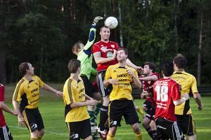 Enånger hade två farliga hörnor som Axel Sättlin vara nära att nicka in.