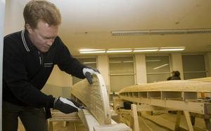 Magnus Lindgren har valt att bygga en tvåmannakajak för att kunna paddla tillsammans med sambon. Han tycker att det är en fördel att bygga tillsammans med Niclas som byggt förr.
