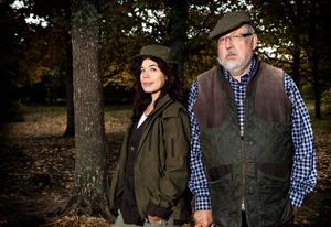 Lotta Lundgren tar jaktlicens, under uppsikt av Leif GW Persson, i nya tv-serien