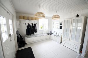 Det första man möts av hemma hos familjen Kristmansson är den stora vita hallen.