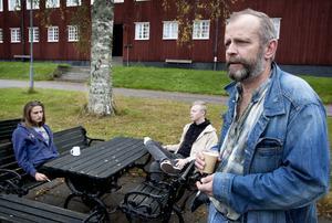 Läraren Örjan Svedberg har in i det längsta hoppats på en lösning, att folkhögskolan kan stanna där den hör hemma - i Brunnsvik. I bakgrunden syns eleverna Fredrik Wedholm och Mattias Viktorsson som diskuterar den aviserade flytten av verksamheten.