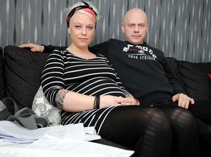 Anna-Lena Joners Larsson och sambon Tomas Ek sitter i soffan i vardagsrummet med en bunt papper framför sig. Det handlar om en lång process med Försäkringskassan.