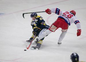 Henrik Nyberg stoppas av Huddinges Kim Lennhammer.