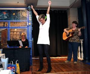 JA, där satt den! Anna Sving Sjöblom, Lena Mattsson, gitarr och Mari Oscarsson, synth, repar en av föreställningens sånger.