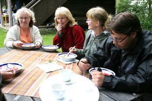 3. Världens godaste ostkaka avnjöts av Ulla Törnqvist, Sandarne, Britt-Marie Wexell, Cecilia och Mattias Bäckius från Trönö.
