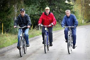 Många samtalsämnen hinner Rolf Mattsson, Ove Sjödin och Owe Walldin gå igenom på cykelturen.