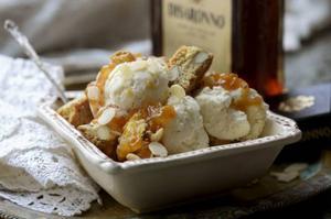 Amaretto är en mandellikör som är sagolikt god i dessertsammanhang. Här är den blandad med glass, allt kombinerat med knapriga mandelskorpor.