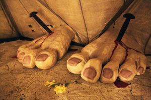 Två korsfästa fötter illustrerar målningen