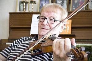 Hugo Westling är så glad över släktingen, prinsessan Estelle, att han har komponerat en vaggvisa till henne.