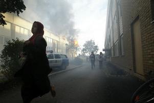 Boende i huset lämnar sina hem medan räddningstjänster jobbar med att släcka elden.