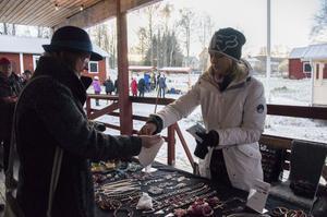 Ulla Sehlstedt köpte ett vackert pärlhalsband med ett tänktvärt budskap på en hjärtberlock av Cathrine Rolén.