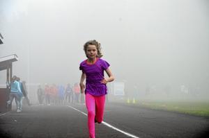 Julia Falk, som går tredje klass på Lärkeskolan, sprang ut ur dimman och över 100 meters-målstrecket på 12,78 sekunder.
