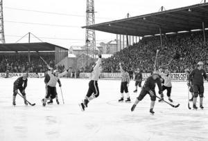 Göran Flodberg och Pelle Hedqvist tävlar om att hoppa högst. Glädjeyttringarna föranleddes av Pelles viktiga straffmål. Raoul Jonsson ser inte heller särskilt ledsen ut...