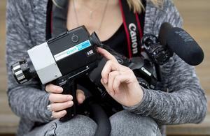 Gammalt och nytt. Emmelie använder ibland en gammal super 8-kamera när hon filmar.