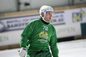 Skridskostarke Rolf Larsson, senast i Hammarby, blir en av stjärnspelarna i division 1 östra kommande säsong.