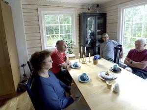 Roland Axelsson och Bror Olsson har hjälpt Britt-Marie och Kjell Edenvik att förvandla timmerhusdrömmen till verklighet.