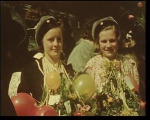 Realexamen. Artur Åslund filmade som mest under krigsåren. Här ser vi ungdomar som nyss tagit realexamen vid Samrealskolan i Sandviken.