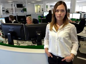Redaktionschefen Alexandra Johansson arbetar tillsammans med redaktionen och tekniker för att fredagens tidningar ska kunna komma ut – i vart fall i en enklare variant.