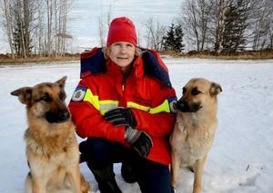 Maria Häggblom från Hallen har lång erfarenhet av att utbilda räddningshundar och att arbeta som fjällräddare. Hundarna Tekkla och Trassla följer med henne ut på fjället när hon skickas ut på larm.