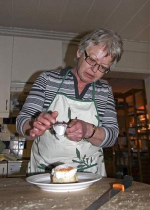 Fler och fler anställda lämnar Samhall för andra arbetsgivare. Elisabeth Karlsson på Café Trädgårn är en av dem.