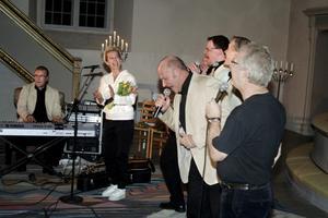 Det blev ett riktigt ös på scenen i Hammars kyrka när det bjöds gospel i Elvisstil. BILD: BJÖRN PALMQVIST