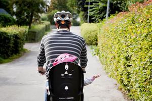 Inom kort börjar cykelhjälmar att delas ut till ett barn och en förälder i Smedjebackens kommun. Det är ett projekt inom ramen för säker och trygg kommun.