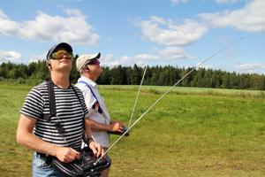 Markku Musola från Katrineholm och Krister Bergenfeldt från Kista koncentrerar sig på segelflygplanen. – Det har blivit lite tradition att man kommer hit sista semesterveckan. Här är det bra uppvindar så man kan hålla sig uppe, säger Markku Musola.