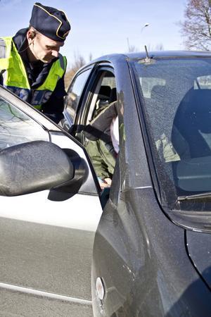 Erkände. Polisaspiranten Fredrik Nygren bötfällde mannen i passagerarsätet som åkte bil utan bälte.
