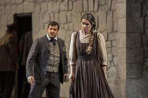 Den 19-åriga Jenufa (Malin Byström) blir gravid. Barnafadern Steva (Andrea Carè) är inte intresserad av hennes kärlek. Han tänker gifta sig med borgmästarens dotter. Pressbild.