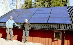 Företagarna Hans Olov Lönn och Bo Lusth monterade de 16 solpanelerna på uthustaket.