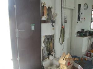 Gärningsmannen hade tagit bort en bit av plåtfasaden,  grävt bort isolering och gips i väggen brevid porten för att komma åt metallbommen som satt bakom dörrarna.