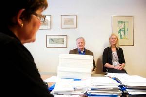 Dollarstores vd Yngve Karlsson och inköpschef Caroline Thelin uppvaktade i går representanter från kommunen med specialdesignad tårta för att uppmärksamma om det nya omsättningsrekordet på en halv miljard.