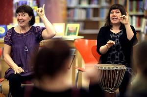 Barnrytmikpedagogen Barbro Eriksson och musikterapeuten Karin Zakrisson drog sina bästa ramsor för småbarnsföräldrar på Sandvikens bibliotek och berättade om betydelsen av musik och rytm för barn.