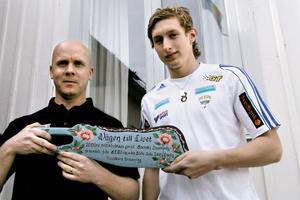 Roger Collin och Anders Nygren från Svenska innebandyförbundet fick en budkavle.