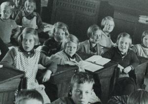 Här är Ebba och Ingrid i klassrummet när de går i tredje klass.