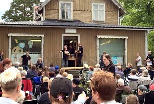 Omkring 2 000 föremål gick under klubban när inventarierna från den gamla macken och lanthandeln i Näset auktionerades ut.
