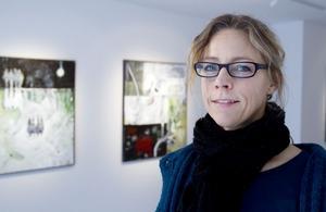 Ställer ut i Gävle. I flera av Ingela Jönsson målningar finns speglingar, en dubbelhet mellan ljust och mörkt som metaforer för förhållandet mellan då och nu.