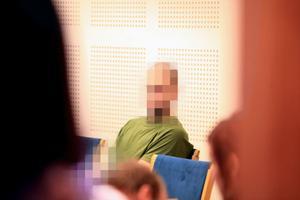 Efter förhandlingen svarade Gustaf Andersson, den 20-årige mannens advokat, på iakttagelsen att hans klient uppträtt oberört inför det brott han anklagas för.