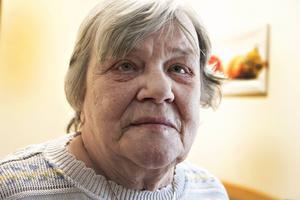 Ingeborg Holm har fått problem med bland annat hosta sedan hon flyttade till nybyggda Ängsbackens äldreboende. När någon granne ovanför henne röker letar sig cigarettröken in i hennes lägenhet genom ventilationen.