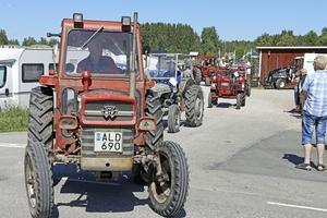 Så har traktorparaden kommit igång. Nu ska cirka 90 ekipage i samlad flock köra 9 kilometer. Detta är femte gången nu som Ullermuller anordnas.
